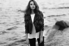 Stilfull kvinna på stranden Arkivbild