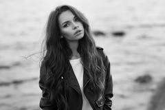 Stilfull kvinna på stranden Royaltyfri Foto