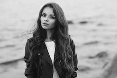 Stilfull kvinna på stranden Royaltyfria Foton