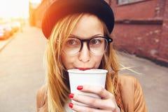 Stilfull kvinna som dricker kaffe Arkivbild