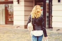 Stilfull kvinna som går till att shoppa Consumerism shopping, försäljningar, livsstilbegrepp Tillbaka sikt av den lyckliga kvi royaltyfria bilder
