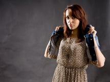 Stilfull kvinna som sätter på en klå upp fotografering för bildbyråer