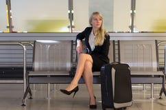 Stilfull kvinna som väntar på en flygplatsterminal Royaltyfri Foto
