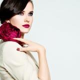 Stilfull kvinnamodemodell Ljus makeup, sund hud och Hai Royaltyfria Bilder