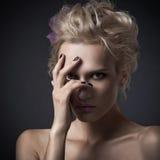 Stilfull kvinnastående på mörk bakgrund arkivfoto