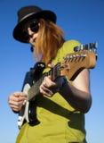 Stilfull kvinnlig musiker arkivbilder