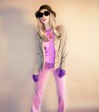stilfull lady Hatt- och handskeglamour Arkivbild