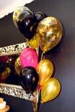 Stilfull lyx dekorerade restaurangen med ballonger på det guld- arkivfoton