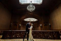 Stilfull lyxig brud och stilig elegant brudgumdans på bet arkivfoton