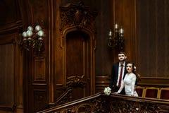 Stilfull lyxig brud och stiligt elegant brudgumanseende på royaltyfria foton