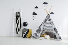 Stilfull mönstrad tipi i sovrum Royaltyfria Bilder