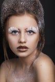 Stilfull makeup snow Skönhetmodemodell Girl med closeupen för vitt hår och för blåa ögon kvinnan med pinnen Närbild av den härlig Arkivfoto