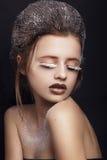 Stilfull makeup snow Skönhetmodemodell Girl med closeupen för vitt hår och för blåa ögon kvinnan med pinnen Närbild av den härlig Royaltyfri Bild