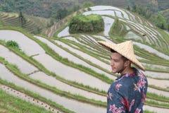 Stilfull man i asiatiska risterrasser arkivbild