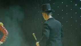 Stilfull man i svans-lag som sjunger på etappen i teater lager videofilmer
