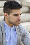 Stilfull man i tröja med skägget Fotografering för Bildbyråer