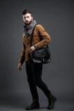 Stilfull man med den svarta läderpåsen Fotografering för Bildbyråer