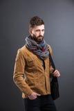 Stilfull man med den svarta läderpåsen Royaltyfri Fotografi