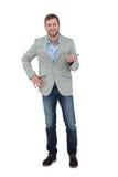 Stilfull man som ler och gör en gest Royaltyfria Foton