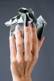 Stilfull manikyr i skuggor av grått kvinnligt elegant arkivbilder