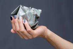 Stilfull manikyr i skuggor av grått kvinnligt elegant arkivfoton