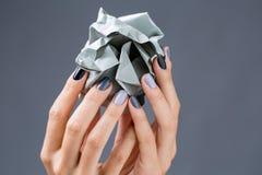 Stilfull manikyr i skuggor av grått kvinnligt elegant royaltyfri fotografi
