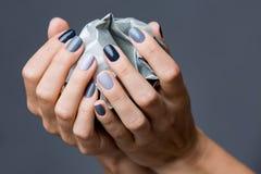 Stilfull manikyr i skuggor av grått kvinnligt elegant fotografering för bildbyråer
