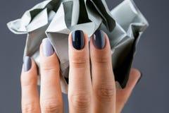 Stilfull manikyr i skuggor av grått kvinnligt elegant royaltyfria bilder