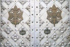 Stilfull metalldörr av templet Arkivfoton