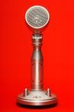 Stilfull metallmikrofon som isoleras med den snabba banan Fotografering för Bildbyråer