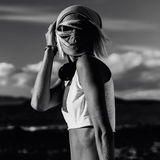 Stilfull modell i trendig kläder i den svartvita öknen arkivfoto
