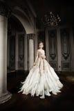 Stilfull modemodell i trendig klänning royaltyfria foton
