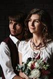Stilfull nygift personbrudgum och brud som tillsammans står Royaltyfri Bild