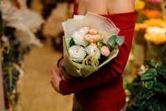 Stilfull och elegant bukett av blommor i ljusa signaler Royaltyfri Foto