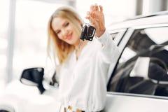 Stilfull och elegant kvinna i en bilsalong royaltyfria bilder