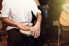 Stilfull percussionist som spelar på lädervalsen på en konsert, hand royaltyfri foto