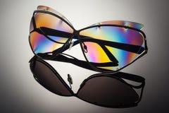 Stilfull polariserad färgrik reflekterad solglasögon med det vikta örat Royaltyfria Bilder