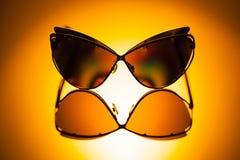 Stilfull polariserad spegelförsedd solglasögon i solljus Royaltyfri Fotografi