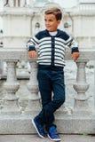 Stilfull pys i solglasögon och trendig kläder Mode för barn` s fotografering för bildbyråer