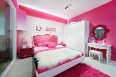 Stilfull rosa färg-vit härligt sovrum arkivbild