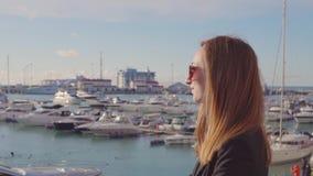 Stilfull seende flicka som poserar i port stock video