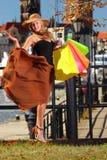 Stilfull shopparekvinna i den gamla staden Gdansk Fotografering för Bildbyråer