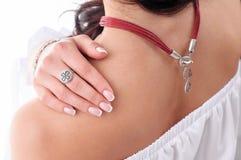 Stilfull silvertillbehör på kvinna Halsband med tättsittande halsband på hals Royaltyfri Foto