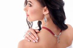 Stilfull silvertillbehör på kvinna Halsband med tättsittande halsband på hals Arkivbilder