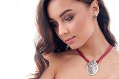 Stilfull silvertillbehör på kvinna Halsband med tättsittande halsband på hals Royaltyfria Foton