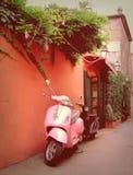 Stilfull skraj sparkcykel i Sanktt Tropez Arkivbilder