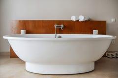 Stilfull snövit bathtab i ett modernt badrum Lyxig livsstil för främre sikt Inget inom royaltyfri foto