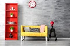 Stilfull soffa i inre arkivfoton