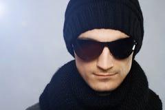 stilfull solglasögon för mörk stilig man arkivfoton