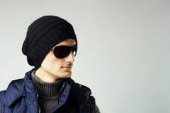 stilfull solglasögon för mörk stilig man royaltyfri foto
